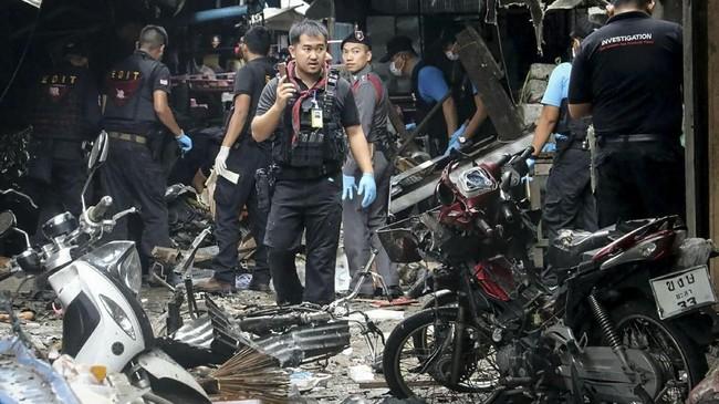 Unit forensik Thailand memeriksa lokasi ledakan bom di sebuah pasar di Provinsi Yala, Thailand Selatan, serangan pertama di wilayah mayoritas muslim tersebut selama berbulan-bulan. (AFP PHOTO/TUWAEDANIYA MERINGING)