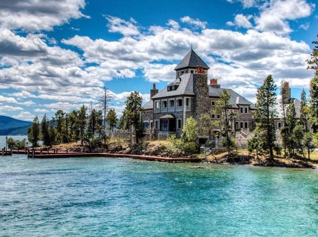 Pulau seluas 24 hektar ini berada di danau Flathead, Montana. Terdapat sebuah mansion dengan lima ruang tidur, delapan kamar mandir, dan elevator. Pulau tersebut dihargai US$ 59,5 juta atau Rp 803 miliar. Istimewa/Gulf News.