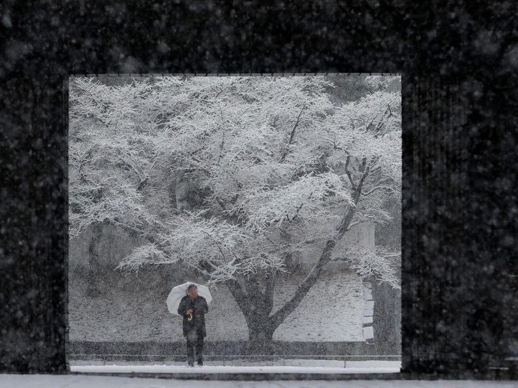Foto: Istana Kaisar Jepang Memutih karena Salju