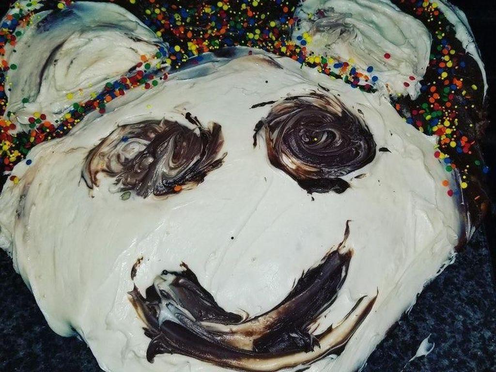 Rencananya sih akan membuat cake berbentuk wajah panda yang lucu dan imut. Tapi kok malah lebih mirip tikus dengan wajah buruk rupa? Foto: Istimewa