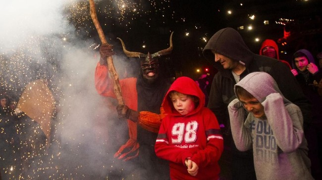 Masyarakat setempat percaya, perayaanCorrefocs bermula dari peperangan antara kejahatan yang diwakili bentuk Iblis dan kebaikan. (AFP PHOTO / JAIME REINA)
