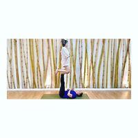 Salah satu olahraga yang sering ia lakukan adalah acro yoga. Foto: Instagram/marshanda99