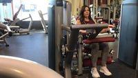 Jessica melatih tubuhnya di gym tiga kali dalam sepekan saat anak-anaknya di sekolah. Di gym, ia melakukan latihan beban dan latihan kardio. (Foto: Instagram/jessicaenslow)