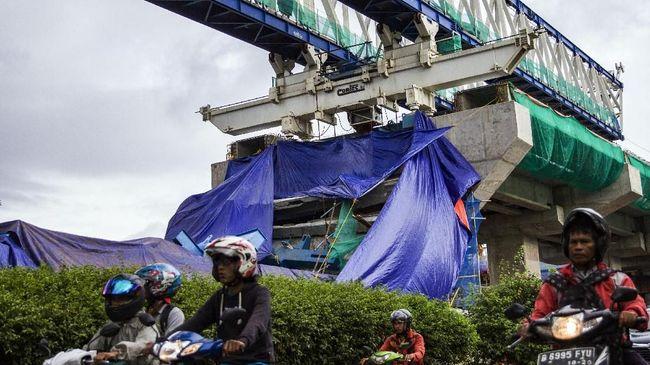 Konstruksi LRT Kayu Putih Roboh, 5 Orang Luka-luka