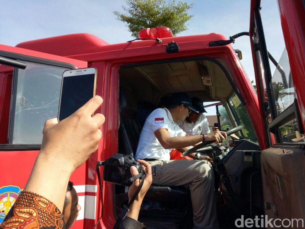 Wakil Gubernur DKI Jakarta Sandiaga Uno memimpin upacara peringatan Bulan Budaya Keselamatan dan Kesehatan Kerja (K3) Gedung Velodrome, Jalan Pulomas Raya, Jakarta Timur, Selasa (23/1/2018).
