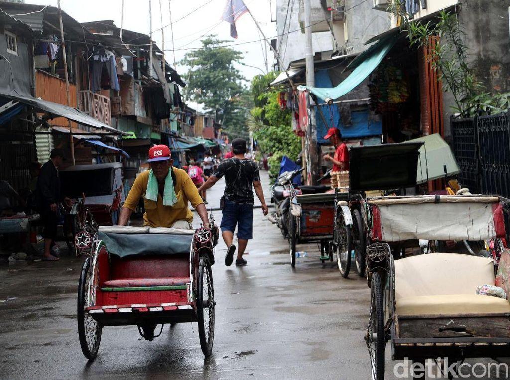 Seperti di beberapa daerah, Jakarta Utara dan Jakarta Barat ini, becak memang masih menjadi moda transportasi menuju ke pemukiman warga. Biasanya mereka ada di gang dan jalan-jalan sempit Ibukota. Grandyos Zafna/detikcom.