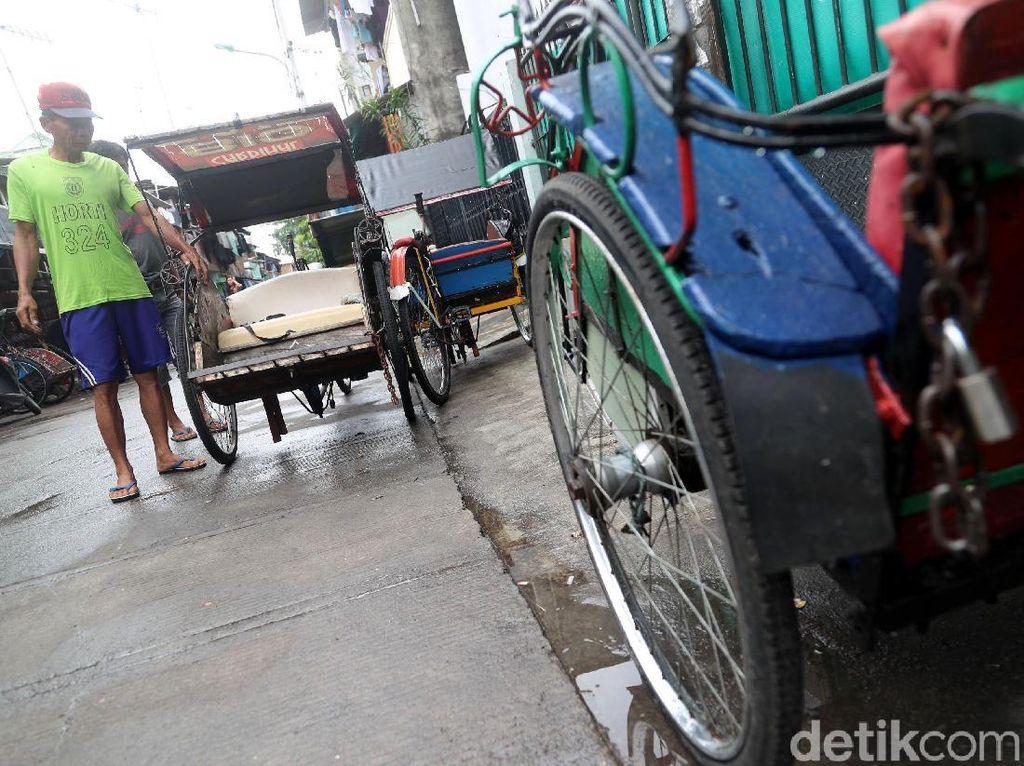 Beberapa tukang becak menanti penumpang yang akan menggunakan jasanya itu. Tak sedikit dari warga yang juga terbantu dengan moda transportasi beroda tiga ini. Grandyos Zafna/detikcom.