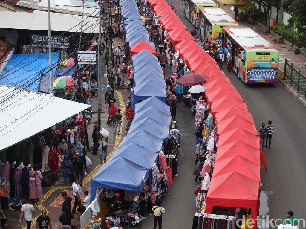 Tenda warna merah dan biru yang digunakan para PKL berjualan berdiri berjajar di Jalan Jati Baru Raya. Lamhot Aritonang/detikcom.