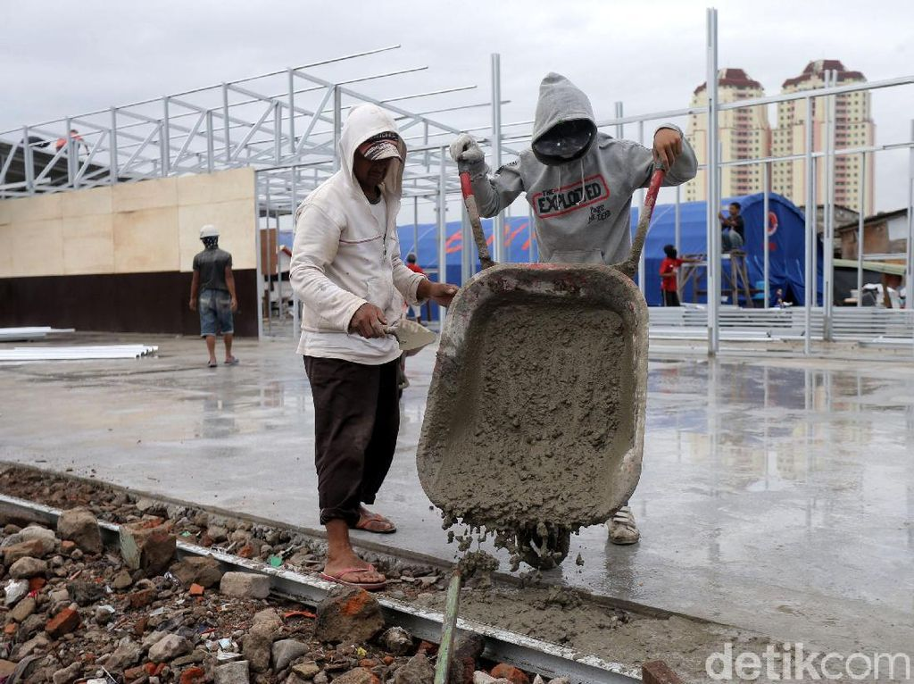 Pekerja menyelesaikan pembangunan shelter penampungan warga di Kampung Akuarium, Jakarta. Agung Pambudhy/detikcom.