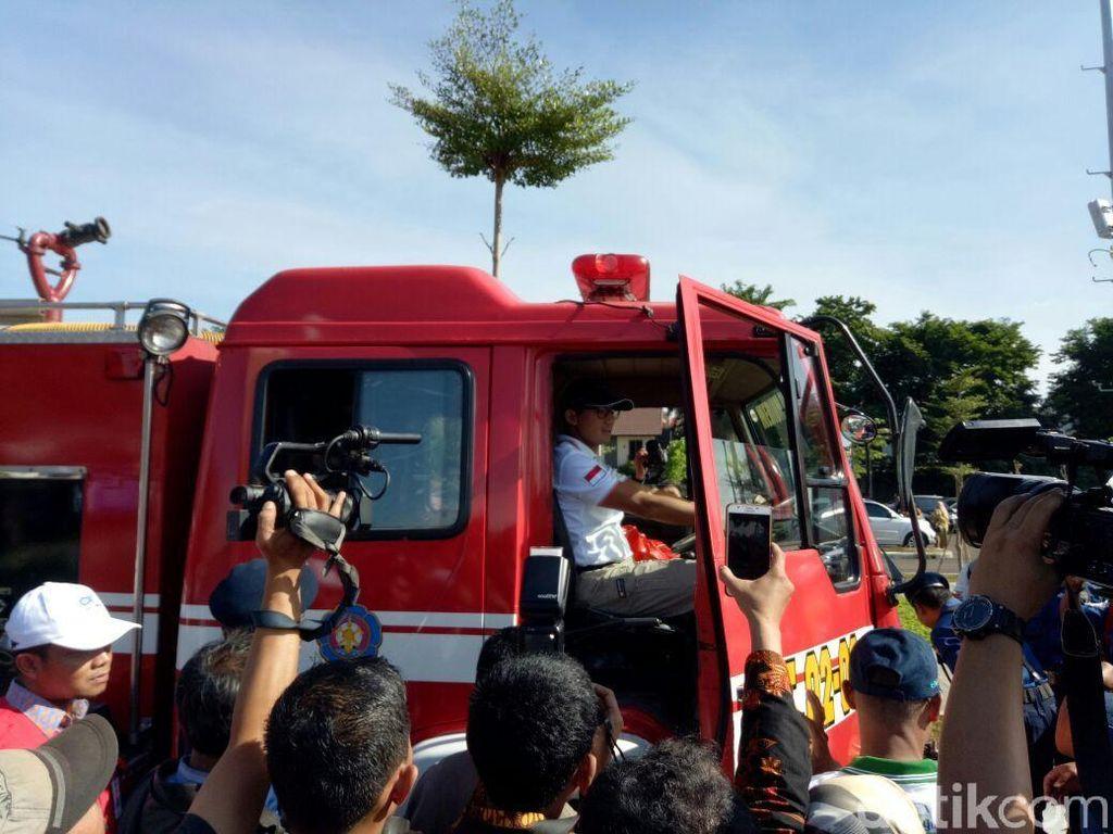 Sandiaga membacakan sambutan Menteri Tenaga Kerja Hanif Dakhiri yang berpesan kepada pekerja untuk mengutamakan keselamatan kerja.