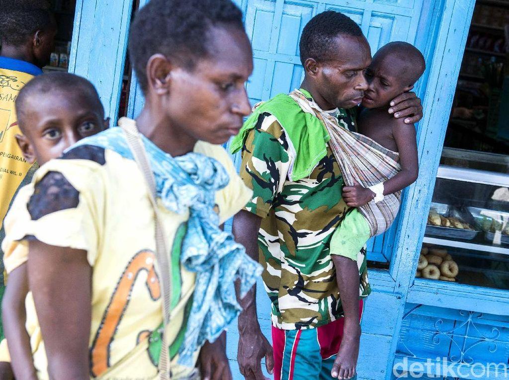 Sebanyak 15 anak di evakuasi menuju Rumah Sakit Umum Daerah (RSUD) Agats untuk diberikan perawatan dan pengobatan. M Agung Rajasa/Antara Foto.
