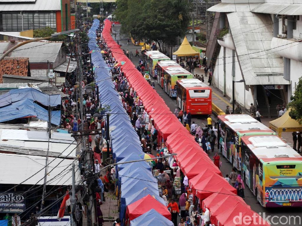 Anies-Sandi menutup Jalan Jatibaru pada waktu tertentu untuk mengakomodasi para pedagang kaki lima berjualan. Warga, kepolisian dan Komisi Ombudsman mengkritik kebijakan tersebut karena mengganggu arus lalu lintas. Lamhot Aritonang/detikcom.