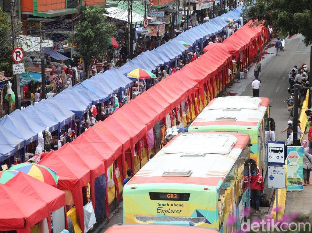 Kini, area di depan Stasiun Tanah Abang hanya boleh digunakan untuk bus TransJakarta. Lamhot Aritonang/detikcom.