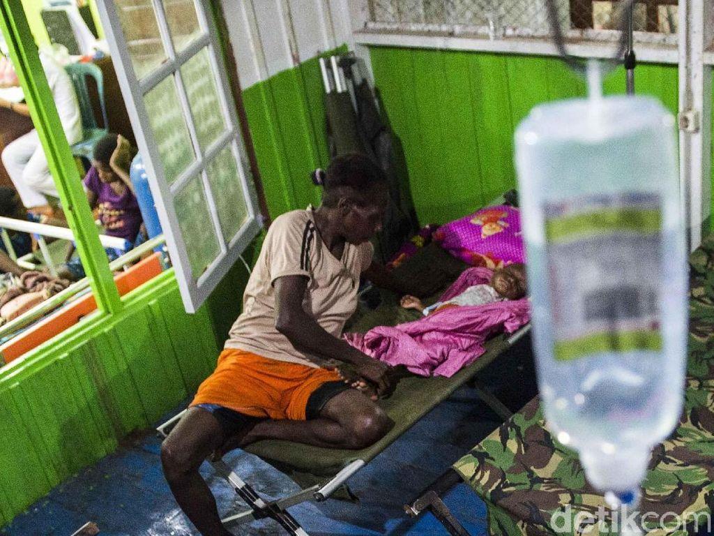 Pasien terpaksa dirawat di bagian garasi mobil rumah sakit karena ruang perawatan penuh. M Agung Rajasa/Antara Foto.