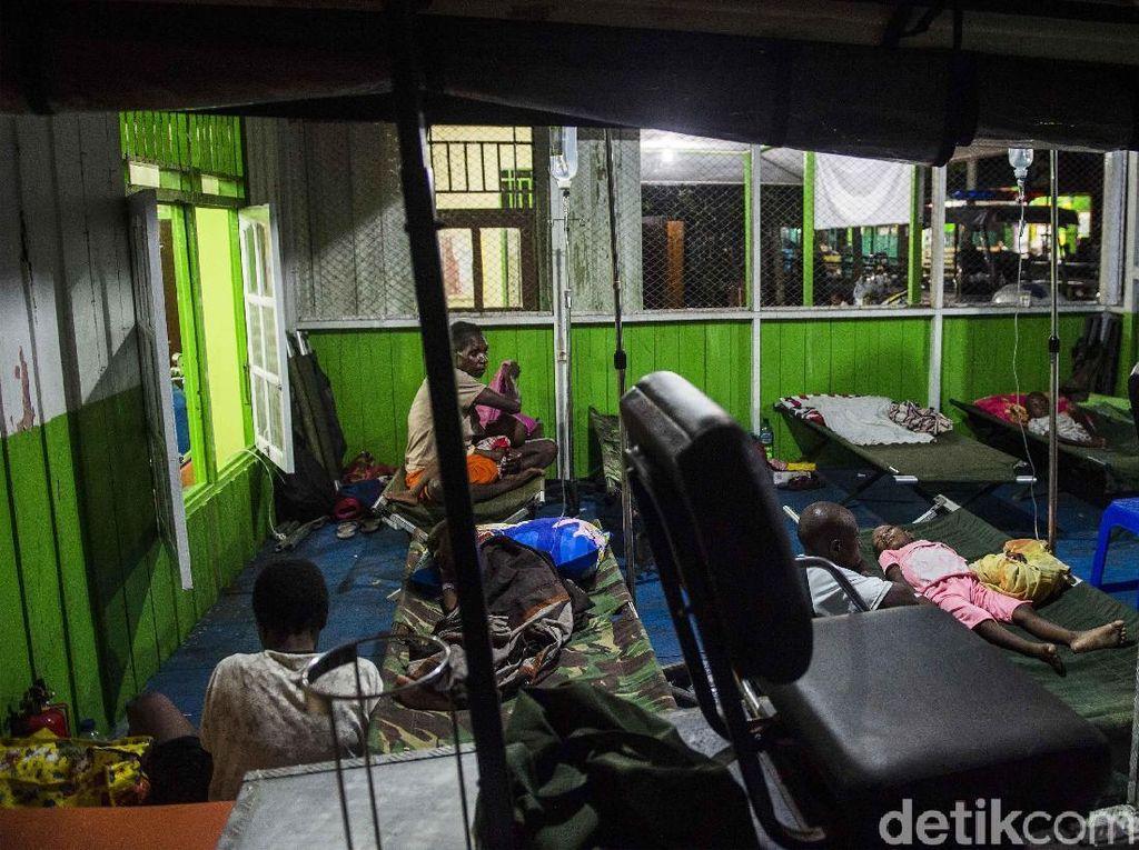 Garasi mobil ini menampung sejumlah pasien yang ditempatkan di tempat tidur darurat. M Agung Rajasa/Antara Foto.