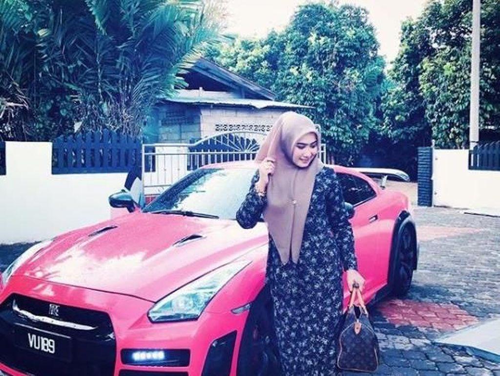 Gaya Hijabers Cantik Malaysia dengan Mobil Mewah