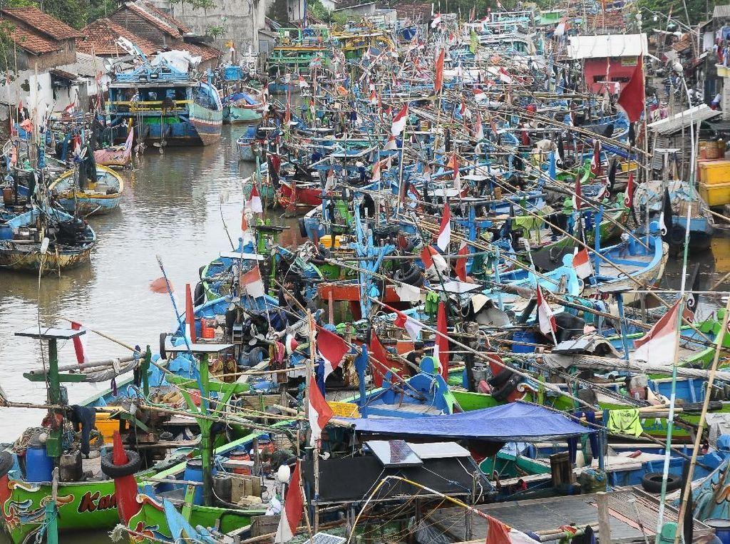 Cuaca buruk telah membuat nelayan tidak melaut. Sejumlah kapal disandarkan di kawasan Pelabuhan Jobokuto, Jepara, Jawa Tengah, Senin (22/1). Yusuf Nugroho/Antara Foto.