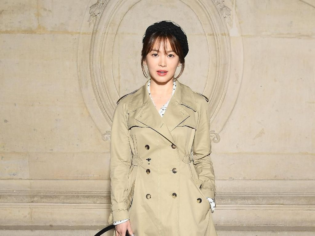 Foto: Gaya Stylish Song Hye Kyo & Song Joong Ki di Paris Fashion Week