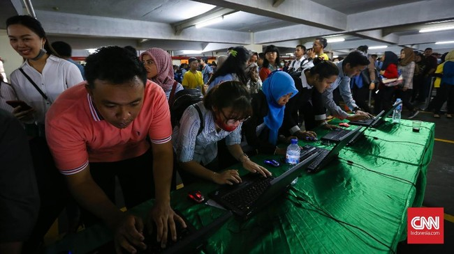 Dalam tiga tahun terakhir angka pengangguran di Indonesia terus menurun. Walaupun begitu, persentase pengangguran lulusan pendidikan tinggi justru naik. (CNN Indonesia/Safir Makki)