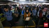 Pencari kerja antre memasuki arena bursa kerja di Balai Kartini, Jakarta, Rabu, 24 Januari 2018. (CNN Indonesia/Safir Makki)