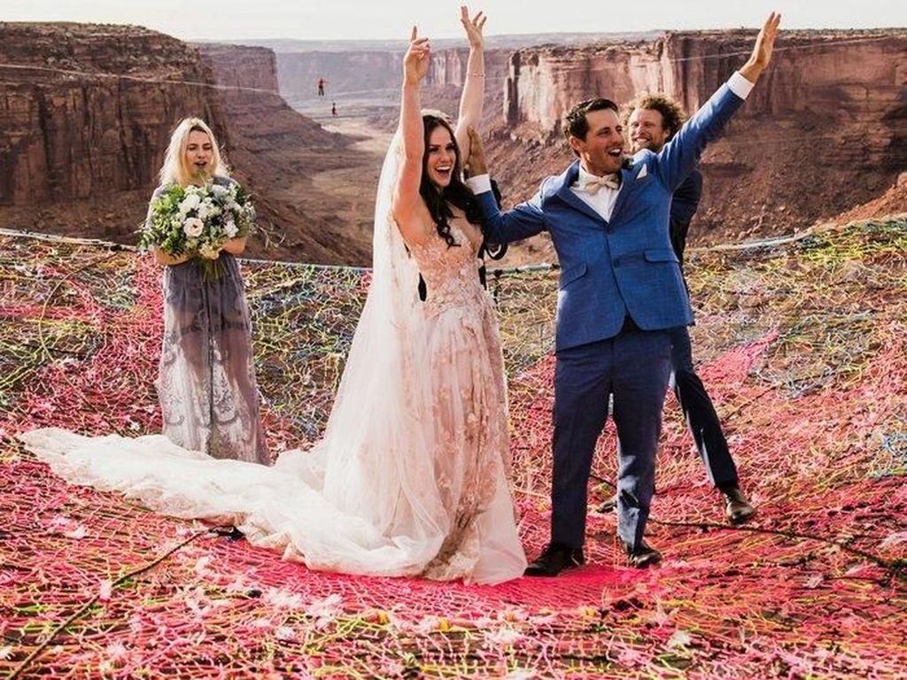 Foto Unik tapi Ngeri Pasangan Gelar Pernikahan di Atas Jurang