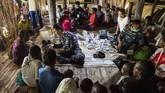 Personel TNI dan Polri diturunkan ke pedalaman Asmat untuk membantu memeriksa kesehatan warga. Bantuan obat-obatan, vaksin, serta makanan juga dibawa. (ANTARA FOTO/M Agung Rajasa/AMA/18)