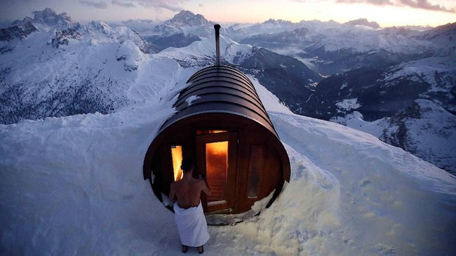 Seorang pria memasuki sauna di puncak gunung Lagazuoi di Cortina D'Ampezzo, Italia. (REUTERS/Stefano Rellandini)