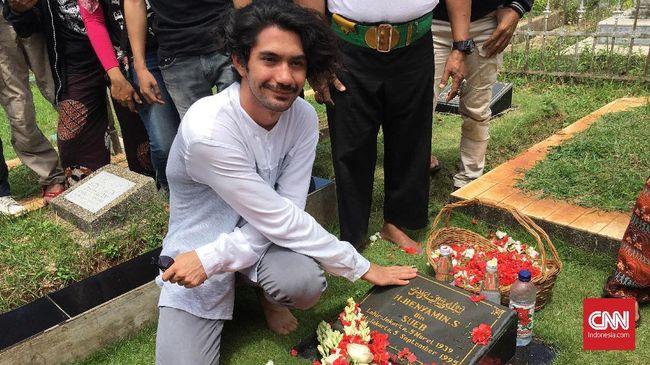 Reza Rahadian Ziarah Makam Benyamin sebagai Bentuk Hormat