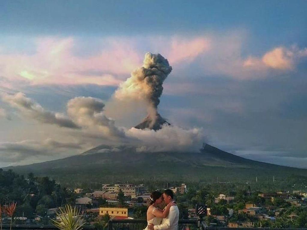 Dramatis, Pasangan Ini Menikah dengan Latar Belakang Gunung Meletus