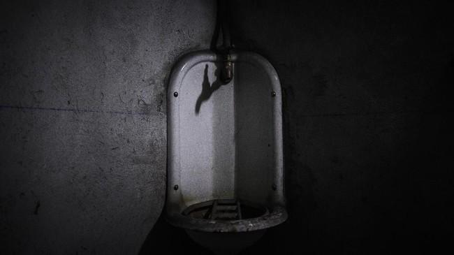 Toilet dalam bunker Perang Dunia Kedua di bawah Gare de l'Est , Stasiun Kereta Api Timur, Paris, Prancis. Bunker tersebut dipersiapkan untuk melindungi warga dari serangan udara. (AFP PHOTO / Philippe LOPEZ)