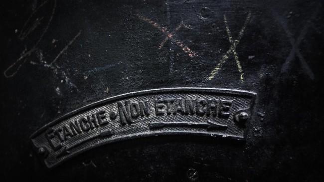 Tanda 'terkunci' dan 'tidak terkunci' di pintu dalam bunker Perang Dunia Kedua di bawah Gare de l'Est, Stasiun Kereta Api Timur, Paris, Prancis. (AFP PHOTO/Philippe LOPEZ)