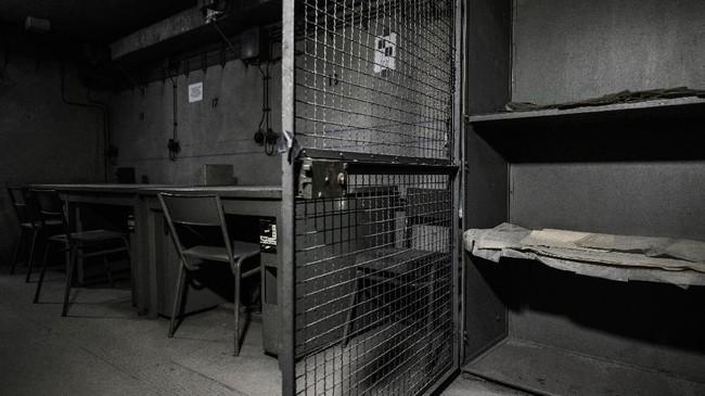 Meja-meja di ruang telekomunikasi di bunker Perang Dunia Kedua yang terletak di Gare de l'Est, Stasiun Kereta Api Timur, Paris, Prancis (AFP PHOTO/Philippe LOPEZ)