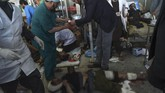 Ledakan bom ambulans itu merupakan insiden paling mematikan setelah sebuah truk berisi bom menerobos area diplomatik di Kabul, Afghanistan pada 31 Mei 2017, yang menewaskan 150 orang dan ratusan cedera. (AFP PHOTO / WAKIL KOHSAR)