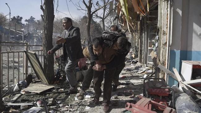 Sedikitnya 95 orang tewas dan 158 luka-luka saat sebuah mobil ambulans meledak saat melintasi gedung Kementerian Dalam Negeri di Kabul, Afghanistan, Sabtu (27/1). (AFP PHOTO / WAKIL KOHSAR)