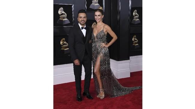Luis Fonzi dan Agueda Lopez tampil serasi dengan gaya keren dan anggun. Lopez memilih gaun sequin dengan belahan kaki tinggi. (AFP PHOTO / ANGELA WEISS)
