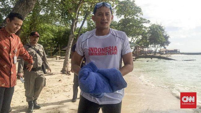 Sandi Lepas Penyu yang Diberi Nama Jokowi dan Prabowo