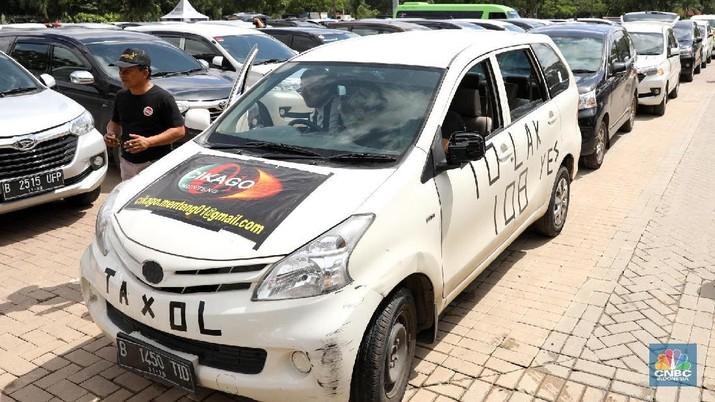 Kementerian Perhubungan meminta aplikasi taksi online untuk menghentikan pendaftaran mitra driver baru bila kuota telah terpenuhi.