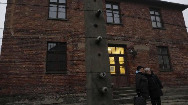 Menurut Jaki, banyak tokoh, politisi dan media menentang beleid itu. Salah satunya lantaran menganggap Polandia turut bertanggung jawab atas pembantaian.