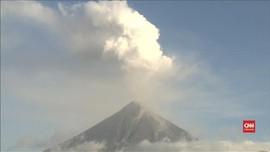 VIDEO: Gunung Mayon di Filipina Keluarkan Asap Putih Tinggi