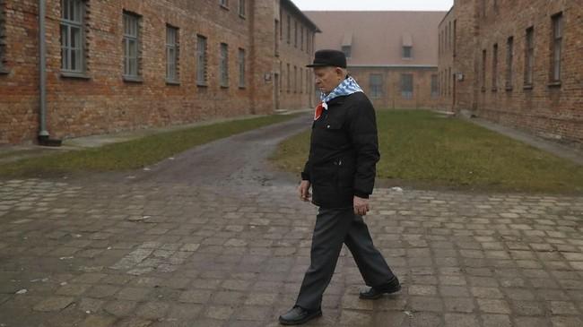 Juru bicara pemerintah Polandia menegaskan undang-undang itu dibuat untuk menunjukkan kebenaran akan adanya kejahatan terhadap warga Polandia, Yahudi dan negara lain di abad ke-20 oleh rezim Nazi Jerman dan komunis Uni Soviet. (REUTERS/Kacper Pempel)