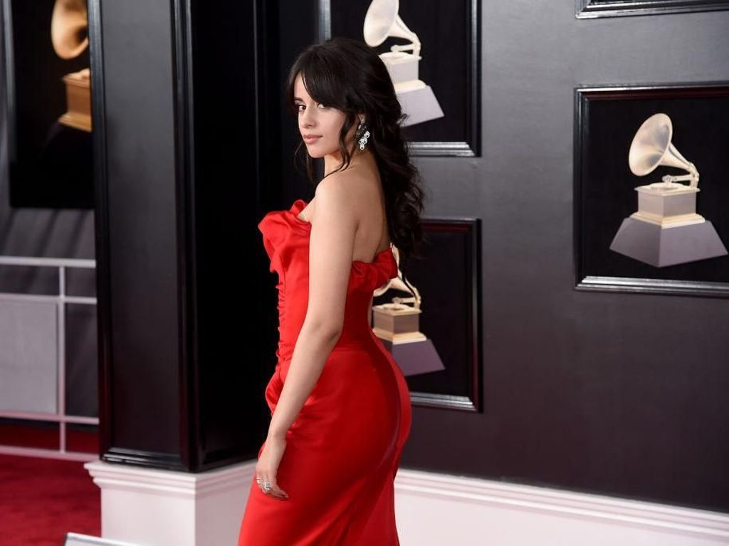 Sexy in Red! Camila Cabello Seksi Bergaun Merah di Grammy Awards 2018