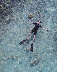 Kemal Maruszama adalah pengacara yang mendampingi artis Vicky Shu dalam kasus First Travel. Meski masih muda, Kemal sangat digemari banyak orang dan hobi olahraga air lho. (Foto: Instagram/kemalmaruszama)