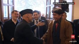 VIDEO: Momen Presiden Ghani Beri Turban Afghanistan ke Jokowi