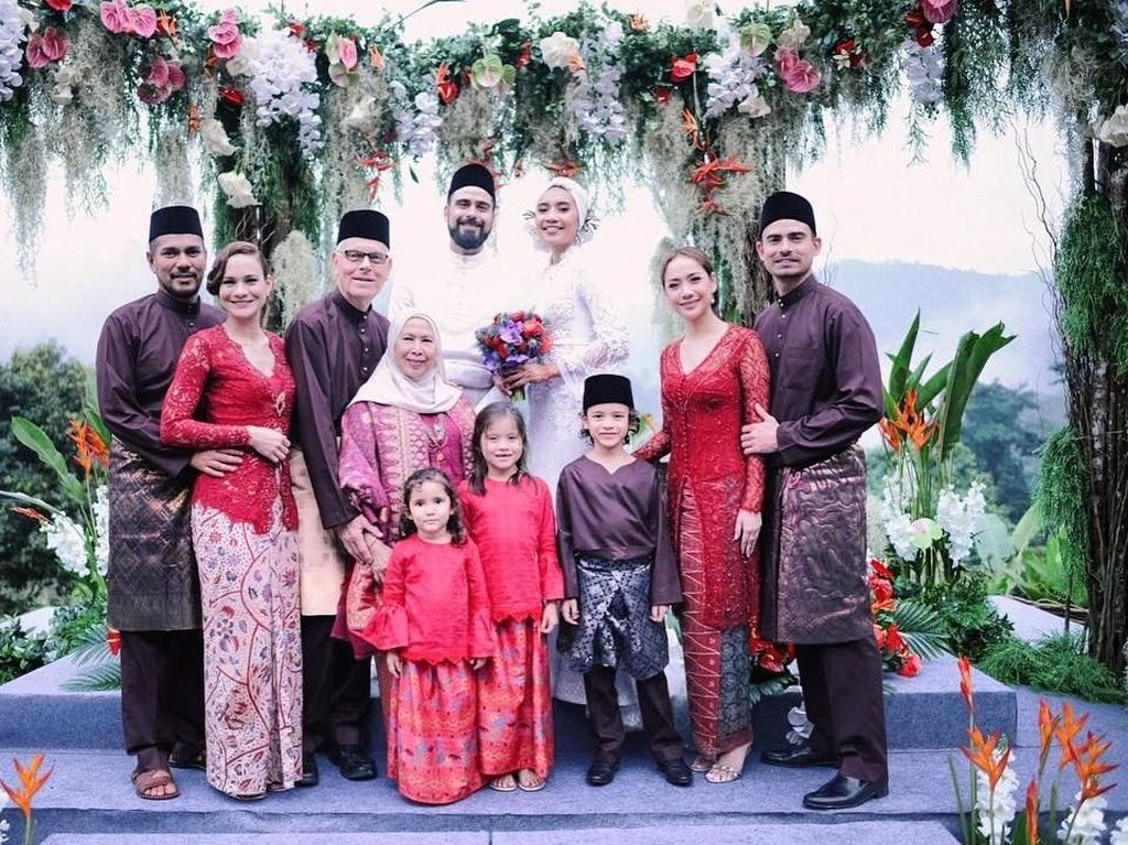 Foto: Cantiknya BCL Berkebaya Lasem di Pernikahan Adik Iparnya dengan Yuna
