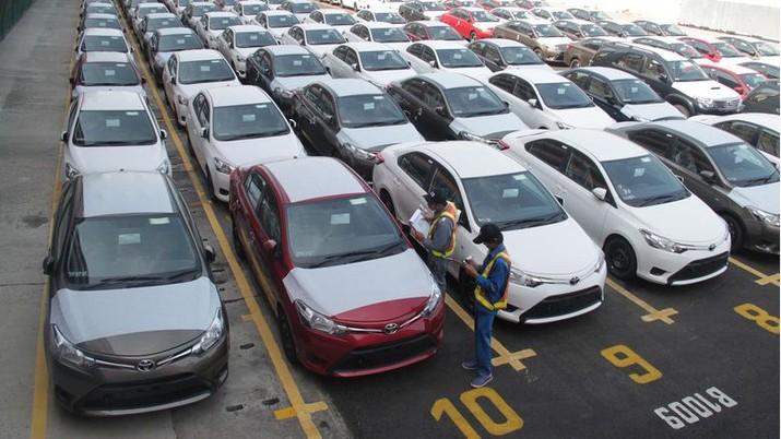 Tim Riset CNBC Indonesia menganalisis dampak turunnya penjualan mobil Astra pada 2017 terhadap pergerakan saham perseroan.