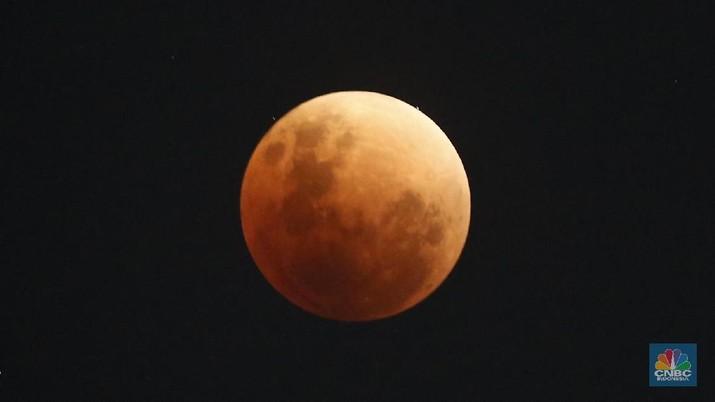 Gerhana bulan tampak di Jakarta, Rabu (31/1). Gerhana yang terjadi 150 tahun sekali tersebut menampilkan tiga keunikan yaitu Supermoon, Bloodmoon dan Bluemoon. (CNBC Indonesia/ Andrean Kristianto)