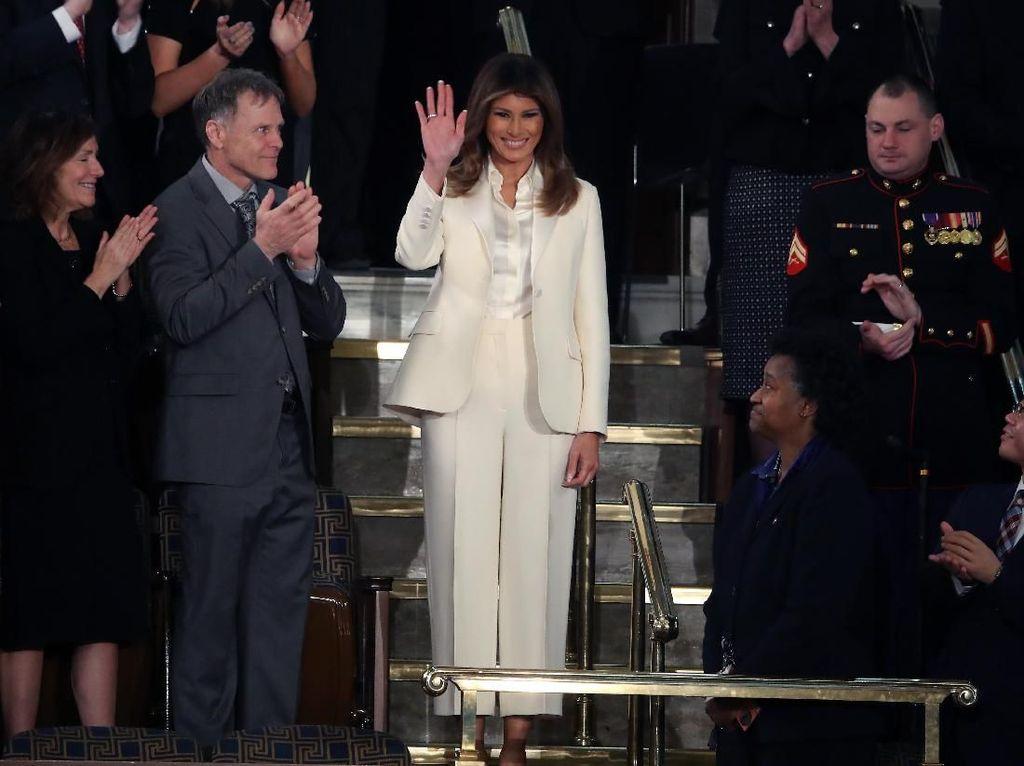 Foto: Melania Trump Pakai Setelan Serba Putih, Ada Pesan Tersembunyi?