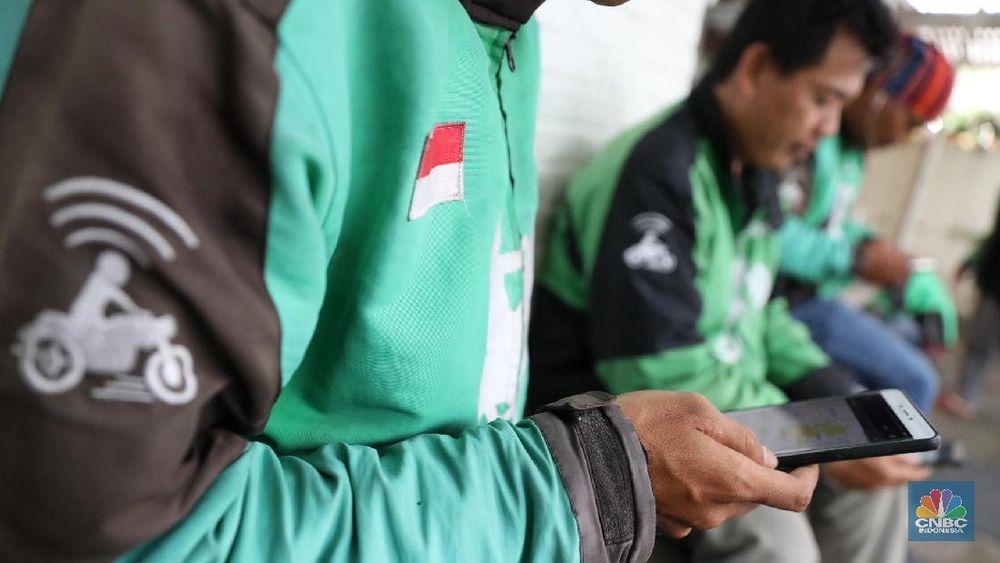 Sejumlah driver menunggu orderan di kawasan Blok A, Jakarta Selatan, Rabu (31/1/2018). Go-Jek yangdisebut sebagaikarya anak bangsa, namun saat ini investornya berasal dari luar negeri (asing). (CNBC Indonesia/ Muhammad Sabki)