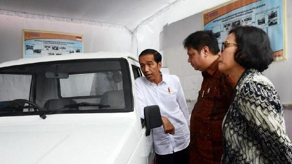Presiden Joko Widodo (Jokowi) didampingi Menteri Perindustrian Airlangga Hartato (tengah) meninjau mobil pedesaan. Ini salah satu jenis prototipenya (Dok: Kemenperin)