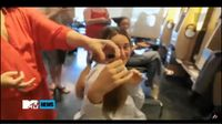 Untuk memerankan seorang penyandang kanker dalam film The Fault in Our Stars, Shailene sengaja menggunduli kepalanya. Potongan rambutnya itu kemudian disumbangkan kepada organisasi yang peduli pada anak penyandang kanker, Children with Hair Loss.Menariknya, Shailene dikabarkan emosional saat rambutnya dipangkas hingga menitikkan air mata. (Foto: YouTube)